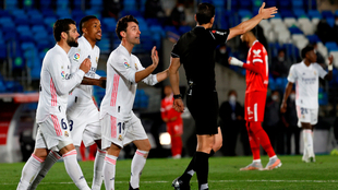 Los jugadores del Real Madrid protestan al colegiado Martinez Munuera.