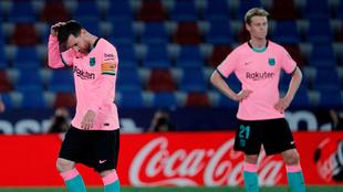 Messi y De Jong lamentan un gol en contra.