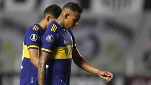 Sebastián Villa sale del campo cabizbajo después de la derrota ante...