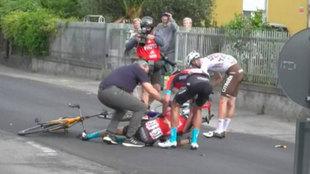 Mikel Landa, en el suelo, es ayudado por colegas.