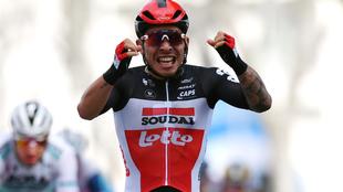 Caleb Ewan festeja su victoria en la etapa 5 del Giro de Italia.