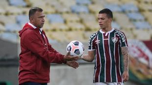 Harold Rivera le entrega la pelota a Calegari.