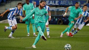 Sergio Ramos lanza un penalti con el Real Madrid