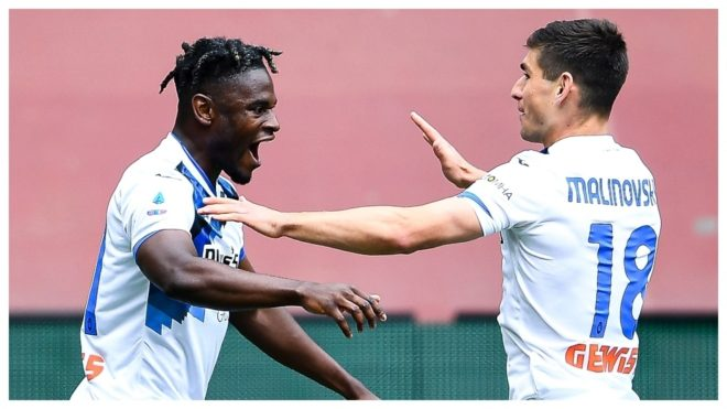 Duvan Zapata celebra con Malinovskyi un gol contra el Genoa