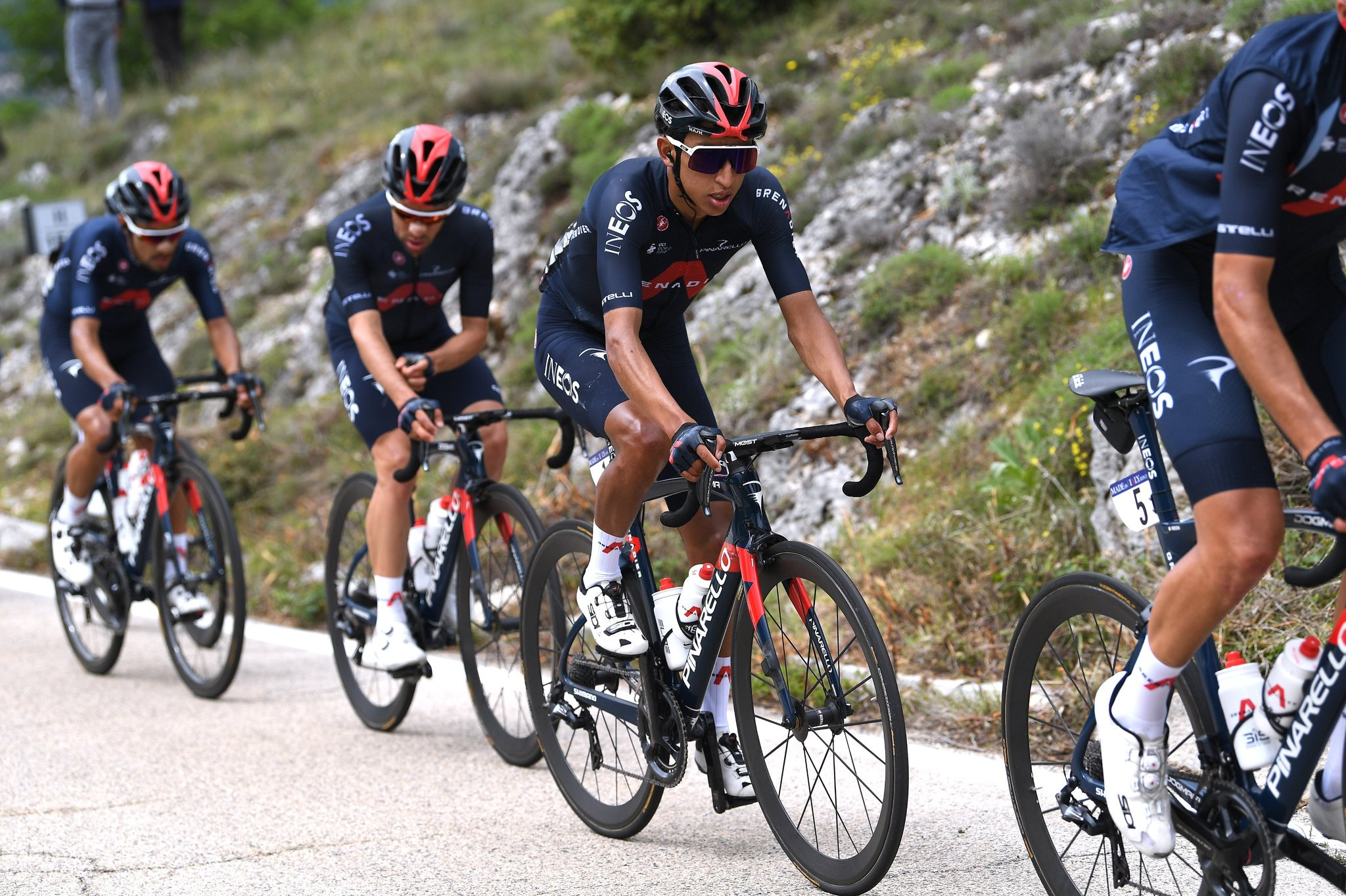 Egan Bernal se viste de rosa en el Giro de Italia
