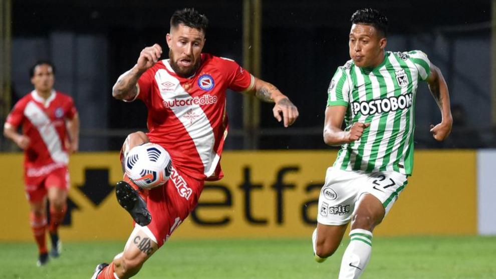 Jonathan Gómez y Sebastián Gómez disputan la pelota.