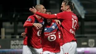 El abrazo de los jugadores del Lille tras ser campeón.