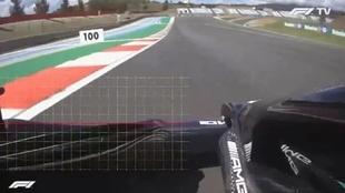 Las imágenes que muestran como el alerón delantero de Mercedes dobla...