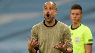 Pep Guardiola da instrucciones durante un partido con el City