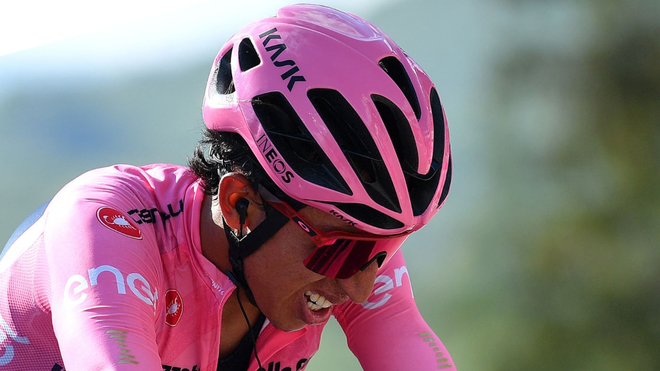 Egan Bernal sufre en una etapa del Giro de Italia.