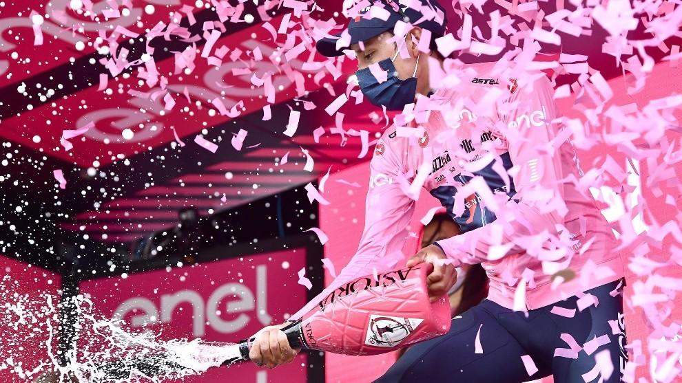 Egan Bernal celebra en el podio del Giro de Italia