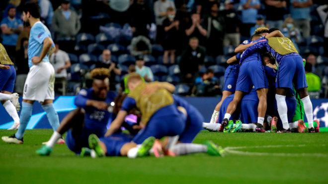 Los jugadores del Chelsea celebran tras el pitazo final.