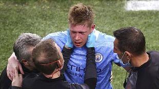 De Bruyne, atendido por los médicos tras sufrir el golpe en la cara