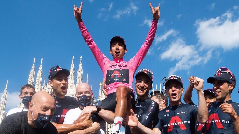 Egan Bernal celebra el título del Giro de Italia junto a su equipo