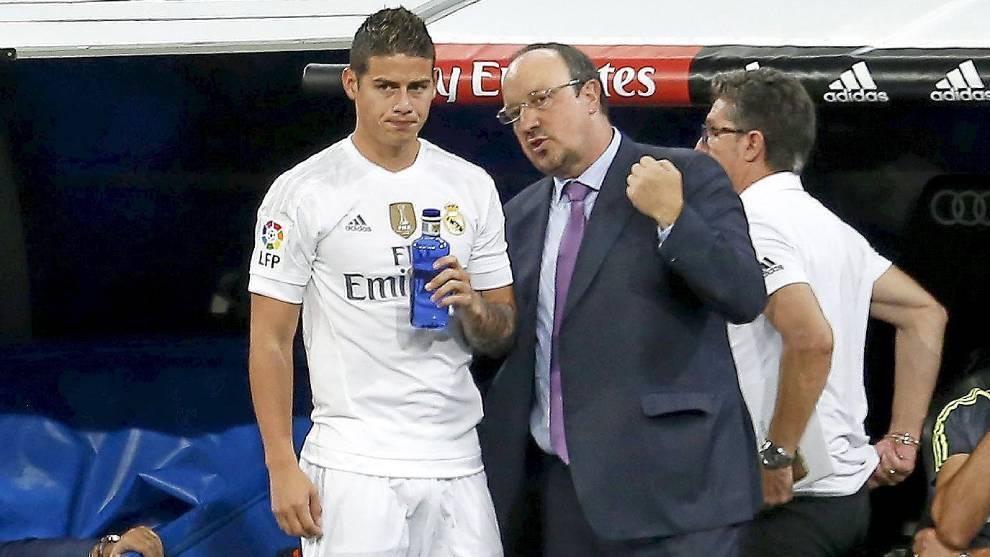 Rafa Benítez da instrucciones a James Rodríguez antes de un cambio