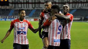 Gabriel Fuentes celebra con sus compañeros de Junior un gol.