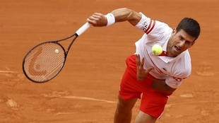 Novak Djokovic realiza un saque ante Musetti