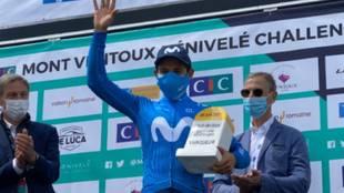 Supermán López, con el trofeo de ganador en el Mont Ventoux...
