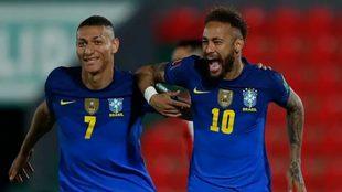 Neymar celebrando el primer tanto ante Paraguay con Richarlison.