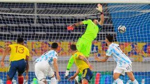 Romero bate a Ospina de cabeza poniendo el 0-1 en el Colombia vs...