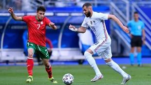 Karim Benzema (33) conduce el balón ante un rival en el último...