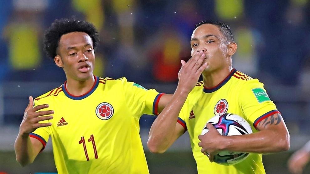 Cuadrado y Muriel celebra un gol con la Selección Colombia.