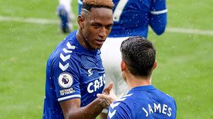 Yerry y James se chocan las manos.
