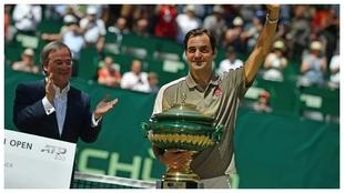 Federer, con el trofeo de Halle en su edición de 2019.
