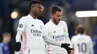 Vinicius Junior (20) y Eden Hazard (30) durante un partido de...