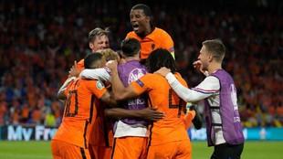 Los jugadores de Países Bajos celebran el postrero gol de Dumfries...