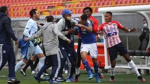 Jugadores de Junior buscan a Ricardo Márquez al final del partido.