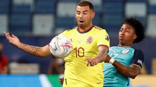 Cardona habla con Cuadrado después del gol.