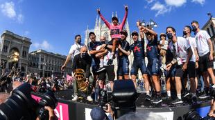 Egan es levantado por sus compañeros tras coronarse campeón del Giro...