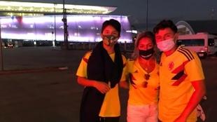Julia y sus hijos fuera del estadio mientras se disputaba el...