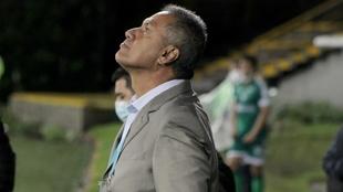 Hernán Torres mira al cielo.