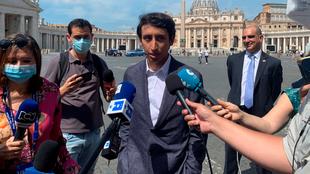 Egan habla para los medios tras su visita al Vaticano.