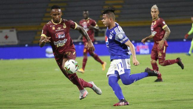 Ruíz disputando una pelota ante el Deportes Tolima.