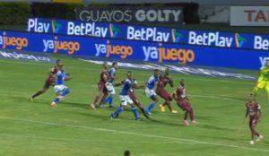 Momento del agarrón a Jader Valencia al final del partido.