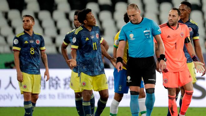 Cuadrado le reclama a Pitana la acción que acabó en el empate de...