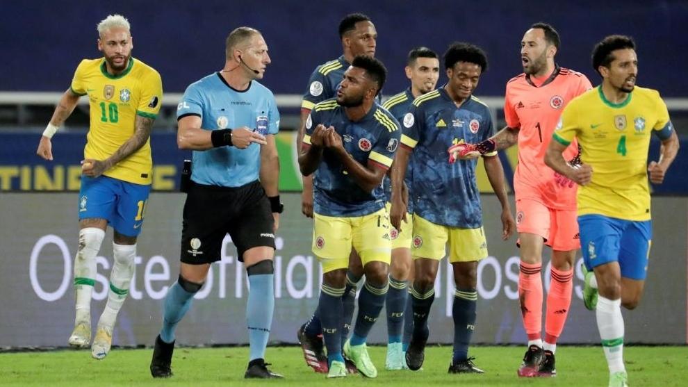 Pitana recriminado por los jugadores de Colombia tras su error que le...