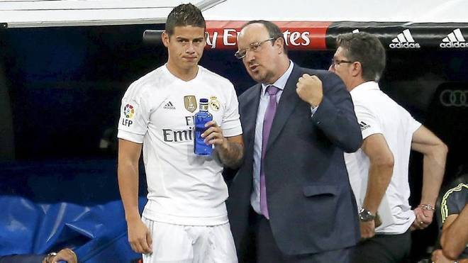 Rafa Benítez da instrucciones a James en el Real Madrid