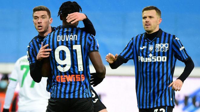 Ilicic se dirige a felicitar a Zapata tras marcar un gol