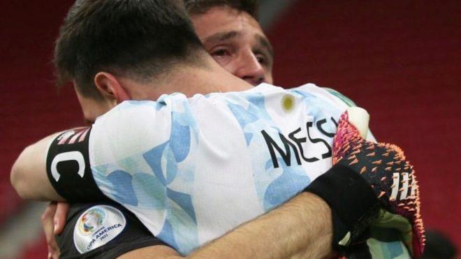 Emiliano Martínez se abraza a Messi tras eliminar a Colombia