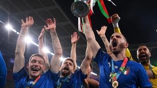 La felicidad de Bonucci con el trofeo en las manos.
