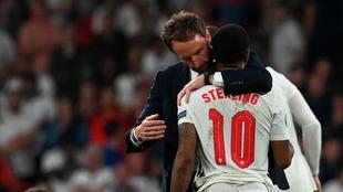 Sterling es consolado por su entrenador tras perder la final ante...