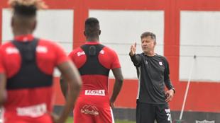 Juan Carlos Osorio dirige un entrenamiento.