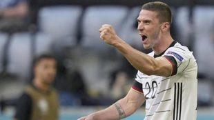 Gosens celbra un gol con la selección alemana
