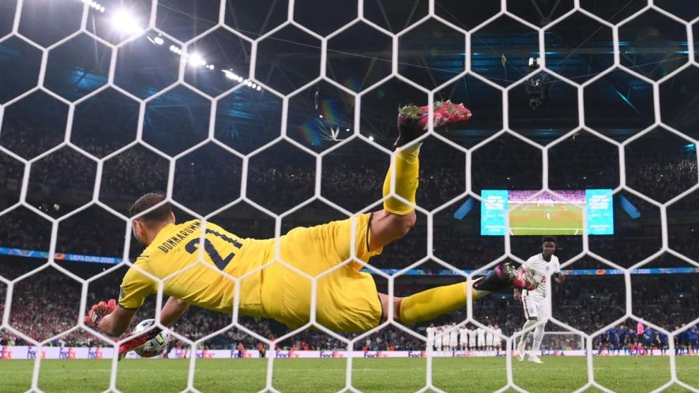 Donnarumma (22) detiene el penalti decisivo en la tanda ante...