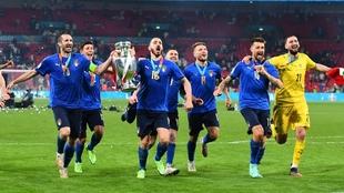 La selección italiana celebra su triunfo en la Eurocopa en el estadio...