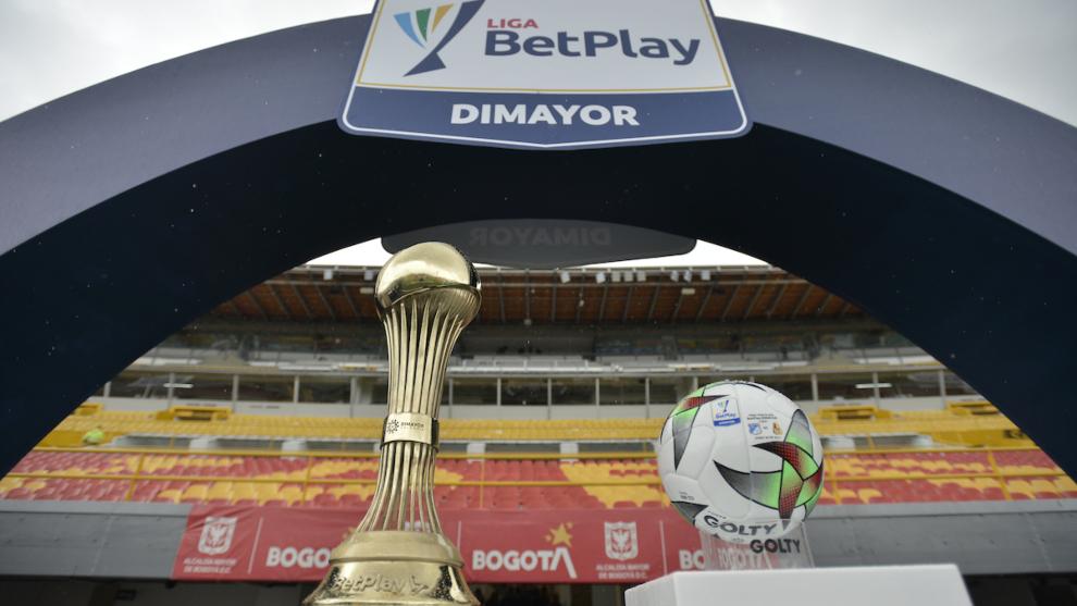Trofeo y balón de la Liga BetPlay Dimayor.